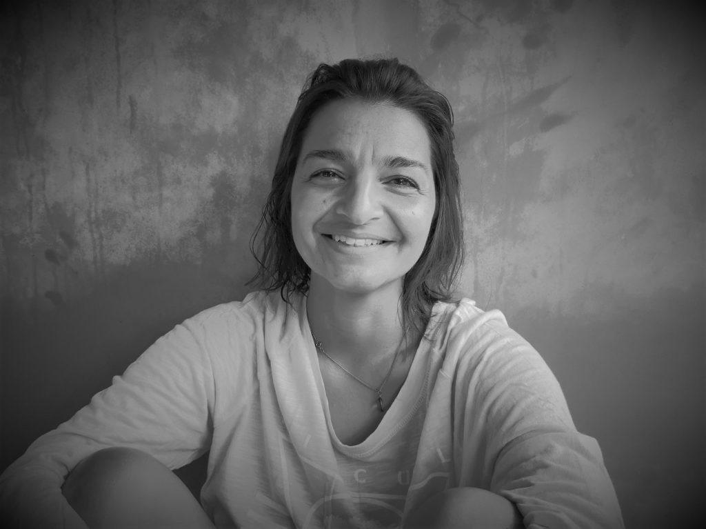 Schwarz-weiß Porträt von Gunda Wörlein vor einer Wand